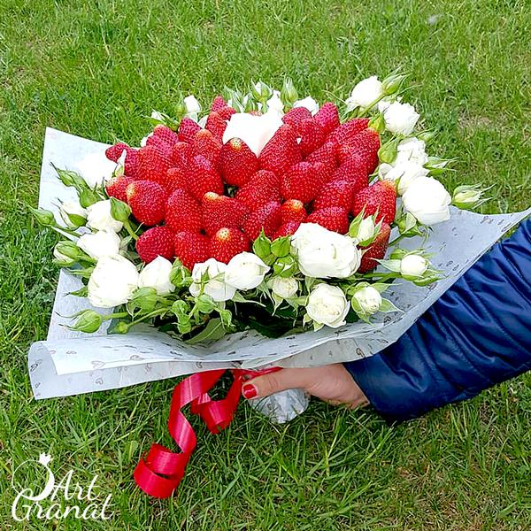 ArtGranat букеты из клубники и цветов - букет №14